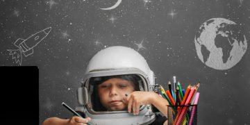 niño astronauta ordenador lapiz