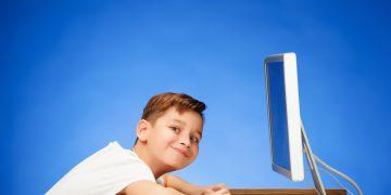 niño con ordenador de sobremesa