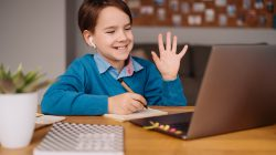 niño en clase online