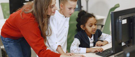 niños en clase con profesora